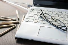 Laptoptastatur, Bleistift und schwarze Gläser Die goldene Taste oder Erreichen für den Himmel zum Eigenheimbesitze Sel Stockfoto