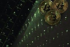 Laptoptastatur mit bitcoin stockbild