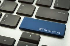 Laptoptastatur mit typografischem EINKAUFSknopf Stockfotografie