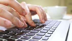 Laptoptastaturschreiben E stock video