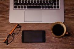 Laptoptelefon-Kaffeegläser Stockbilder