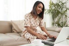 laptopu ładny kobiety działanie obrazy royalty free