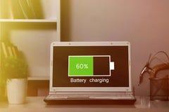 Laptopu bateryjny ładować obrazy royalty free