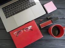 Laptopu desktop projektanta odgórnego widoku pojęcia kawowego notatnika czerwony czarny drewniany, kawa Fotografia Stock