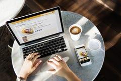 Laptopu gmerania piekarni ciasta przepisu pojęcie Zdjęcia Royalty Free