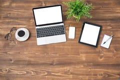 Laptopu i pastylki komputer na drewnianym tle zdjęcia royalty free