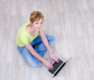 laptopu kobiety działanie Obrazy Royalty Free
