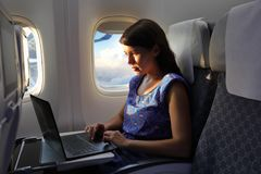 laptopu kobiety pracujący potomstwa zdjęcie royalty free