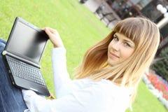 laptopu kobiety pracujący potomstwa Obraz Royalty Free