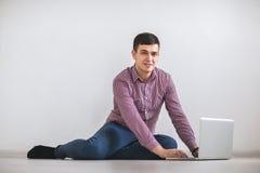 laptopu mężczyzna pracujący potomstwa Obraz Royalty Free