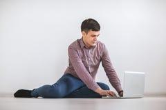 laptopu mężczyzna pracujący potomstwa Obrazy Royalty Free