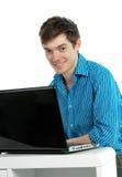 laptopu mężczyzna pracujący youn obraz stock