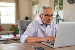 laptopu mężczyzna starszy używać zdjęcie stock