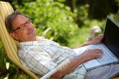 laptopu mężczyzna starszy używać Fotografia Royalty Free
