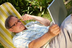laptopu mężczyzna starszy używać Obrazy Stock