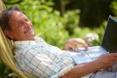 laptopu mężczyzna starszy używać Fotografia Stock