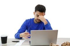 laptopu m??czyzna pracuj?cy potomstwa jest gniewny i zm?czony na bia?ym odosobnionym tle obraz stock