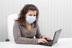 laptopu maskowi medyczni kobiety potomstwa obraz royalty free