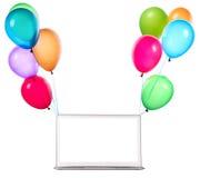 Laptopu obwieszenie na kolorów balonach Zdjęcia Royalty Free