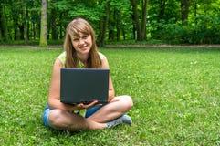 laptopu parkowi kobiety potomstwa Obrazy Royalty Free