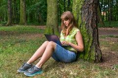 laptopu parkowi kobiety potomstwa Zdjęcie Royalty Free