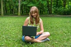 laptopu parkowi kobiety potomstwa Fotografia Stock