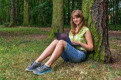 laptopu parkowi kobiety potomstwa Zdjęcia Stock