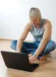 laptopu przystojny mężczyzna Fotografia Stock