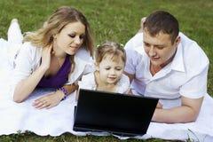 laptopu rodzinny pinkin fotografia stock