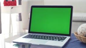 Laptopu seansu zieleni Chroma klucza ekranu stojaki na biurku w ?ywym pokoju Zoom out zdjęcie wideo