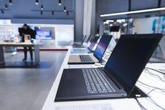 Laptopy na stole w elektronika sklepie Dział laptopy w technika sklepie Kupuje laptop obraz royalty free