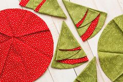 Lapwerk en het naaien concept - feestelijke macro van decoratieve rood-en-groene servetten op vergoelijkte houten vloer, stock foto's