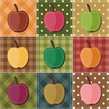 Lapwerkachtergrond met appelen Stock Foto's