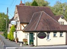 LAPWORTH, WEST MIDLANDS, INGLATERRA - de sept. el 25 de 2010: El Pub de la navegación, los refrigerios de servicio y la comida de fotos de archivo