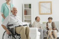 Lar de idosos com homem mais idoso fotos de stock royalty free