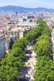 LaRambla berömd gata i mitten av Barcelona arkivbilder