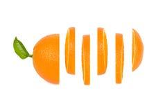 A laranja é cortada em círculos iguais em uma fileira Fotos de Stock Royalty Free