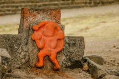 Laranja, açafrão Hanuman Statue em um templo imagens de stock