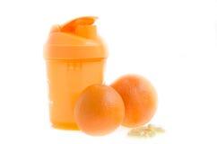 Laranja, abanador, vitaminas no fundo branco Prepare para o verão Fotos de Stock