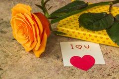 A laranja aumentou, presente coberto em papel hearted e nota eu te amo Fotos de Stock Royalty Free