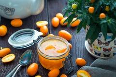 Laranja caseiro e Clementine Marmalade no frasco de vidro na tabela de madeira rústica escura imagens de stock royalty free