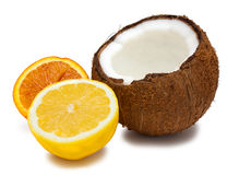 Laranja, coco partido ao meio e limão isolados no branco fotografia de stock