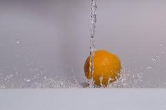 Laranja com água Fotos de Stock