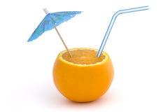 Laranja com palha e guarda-chuva sobre o branco Fotos de Stock