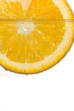 Laranja da fatia na água no fundo branco Imagens de Stock