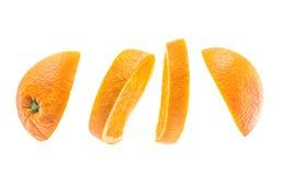 Laranja de voo cortada isolada no fundo branco corte a laranja nas partes isoladas no fundo branco Fruto do Levity que flutua no Fotografia de Stock