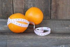 Laranja, dieta do conceito do fruto em um assoalho de madeira Foto de Stock Royalty Free
