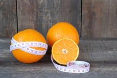 Laranja, dieta do conceito do fruto em um assoalho de madeira Foto de Stock