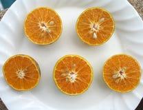 A laranja dissecada no fundo branco imagem de stock