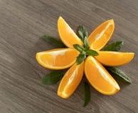 Laranja do corte alinhada com o asterisco decorado com folhas de hortel? fotografia de stock